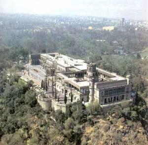 El castillo se encuentra en la cúspide del cerro del chapu?n.