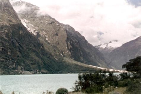 Laguna de llanganuco al fondo la Codillera Blanca