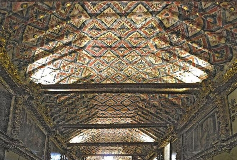 Techo profusamente decorado de la iglesia de Andahuaylillas