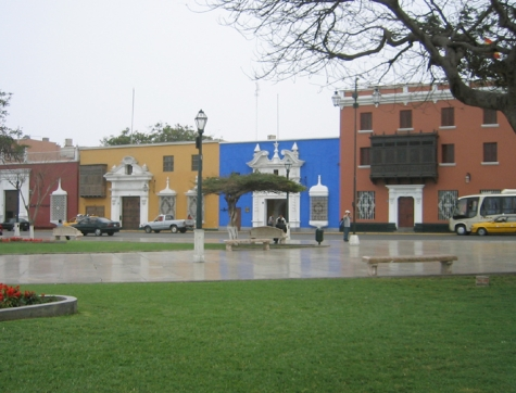 Plaza mayor y casonas antiguas